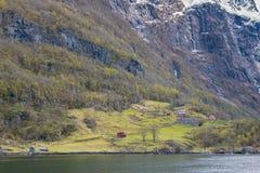 Casa tradicional y opinión verde de las colinas del jardín de la travesía Fotos de archivo libres de regalías