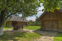 Casa tradizionale del villaggio con cielo blu, erba verde, il recinto e gli alberi l'ucraina Casa tradizionale del villaggio con  Immagini Stock Libere da Diritti