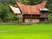 Casa tradizionale di Batak sull'isola di Samosir, Sumatra, Indonesia Immagine Stock