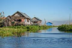Casa tradizionale e giardino di galleggiamento sul lago Inle, myanmar Fotografia Stock Libera da Diritti