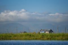 Casa tradizionale e giardino di galleggiamento sul lago Inle, myanmar Fotografia Stock