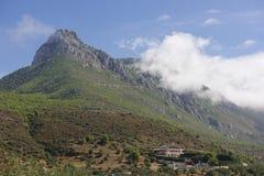 Casa tradizionale situata alla montagna Immagine Stock