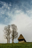 Casa tradizionale sopra una collina verde Immagine Stock Libera da Diritti