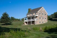 Casa a tre livelli di pietra coloniale dell'azienda agricola fotografia stock