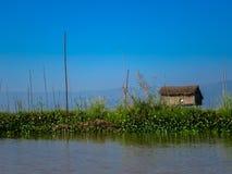 Casa tropical de la orilla del lago Fotos de archivo