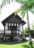 Casa tropical del estilo en jardín fotografía de archivo