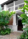 Casa tropical do estilo com jardim luxúria Imagem de Stock
