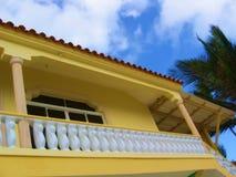 Casa - tropical y amarilla fotografía de archivo