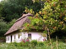 Casa ucraniana en verano Foto de archivo libre de regalías