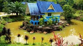 Casa unica della Tailandia circondata con acqua fotografia stock