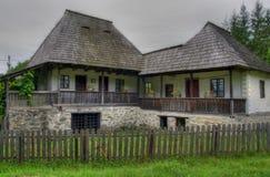 Casa unida tradicional rumana vieja fotos de archivo
