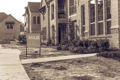 A casa unifamiliar destacada recentemente construída vendeu para fora em América Imagens de Stock