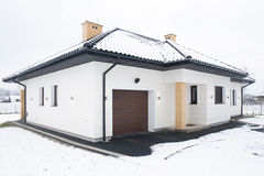 Casa unifamiliar no inverno Imagens de Stock Royalty Free