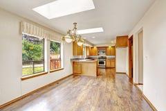Casa vacía con la planta diáfana Área de la sala de estar y de la cocina Foto de archivo