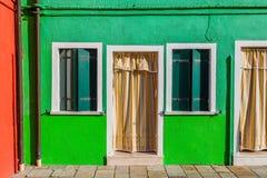 Casa variopinta verde nell'isola di Burano vicino a Venezia, Italia Cartolina di Venezia Posto famoso per turismo ed il viaggio e Fotografia Stock