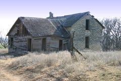 Casa velha abandonada da exploração agrícola imagem de stock