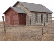 a casa velha abandonada da pedra calcária, de que perdeu seu telhado fotos de stock royalty free