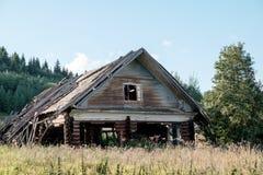 Casa velha abandonada na vila Fotografia de Stock