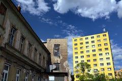 Casa velha ao lado do bloco da reconstrução de planos Fotos de Stock Royalty Free
