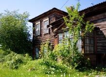A casa velha atrás das árvores Foto de Stock Royalty Free