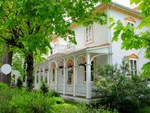 Casa velha bonita na cidade pequena, Canadá imagens de stock royalty free