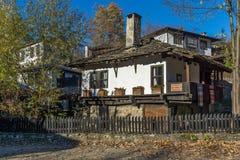 Casa velha com a cerca de madeira na vila de Bozhentsi, Bulgária Fotografia de Stock Royalty Free