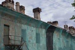 A casa velha com chaminés cobriu a malha Foto de Stock
