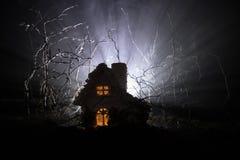 Casa velha com Ghost na floresta na noite ou casa assombrada abandonada do horror na névoa Construção místico velha na floresta i Imagem de Stock Royalty Free