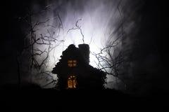 Casa velha com Ghost na floresta na noite ou casa assombrada abandonada do horror na névoa Construção místico velha na floresta i Imagem de Stock