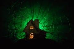 Casa velha com Ghost na floresta na noite ou casa assombrada abandonada do horror na névoa Construção místico velha na floresta i Fotografia de Stock