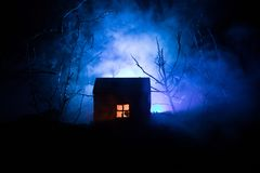 Casa velha com Ghost na floresta na noite ou casa assombrada abandonada do horror na névoa Construção místico velha na floresta i Imagens de Stock