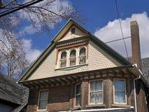 Casa velha com grande frontão Imagem de Stock