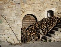 Casa velha com madeira empilhada Fotos de Stock