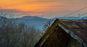 Casa velha com o telhado oxidado da lata fotografia de stock royalty free