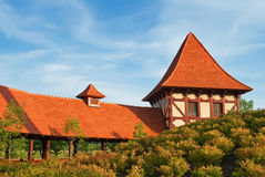 Casa velha com o telhado telhado alaranjado em um parque Foto de Stock Royalty Free