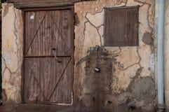 Casa velha com porta de madeira, Arábia Saudita fotos de stock royalty free