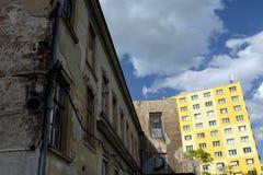Casa velha contra o bloco da reconstrução de planos Fotos de Stock