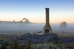 A casa velha da exploração agrícola arruina o nascer do sol Fotografia de Stock