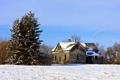 Casa velha da exploração agrícola no inverno imagem de stock