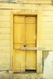 Casa velha de greece da porta amarela Fotografia de Stock Royalty Free