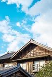 Casa velha de madeira histórica tradicional japonesa sob o sol dourado e o céu nebuloso azul da manhã em Japão Fotografia de Stock Royalty Free