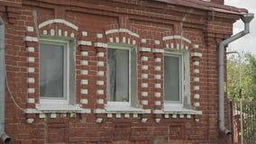 Casa velha de tijolos vermelhos e brancos filme