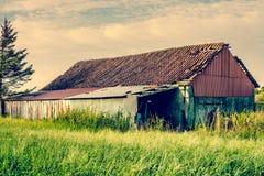 Casa velha do celeiro no país Fotos de Stock Royalty Free