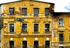 Casa velha do tijolo de três assoalhos foto de stock