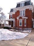 Casa velha do tijolo vermelho no inverno Fotografia de Stock