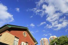 Casa velha e casas novas Imagens de Stock Royalty Free