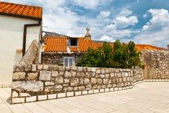 Casa velha e a parede da cidade em Dubrovnik Fotos de Stock