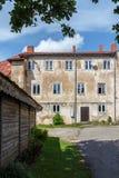 Casa velha em Talsi, Letónia, opinião da rua imagem de stock royalty free
