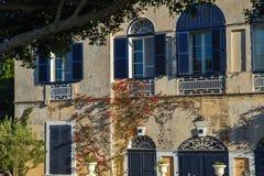 Casa velha, flor de florescência, obturador azul e estrutura decorativa Mdina, Malta Imagens de Stock Royalty Free
