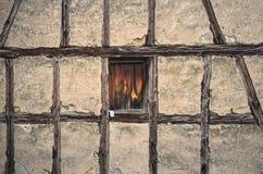casa velha Metade-suportada com um fundo de madeira da janela Imagens de Stock